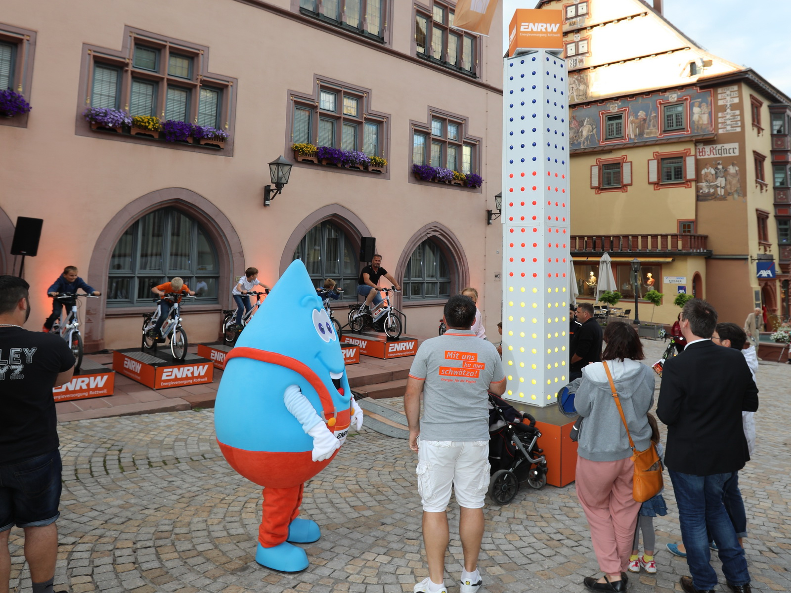 Blubbi bewundert den ENRW-Leuchtturm