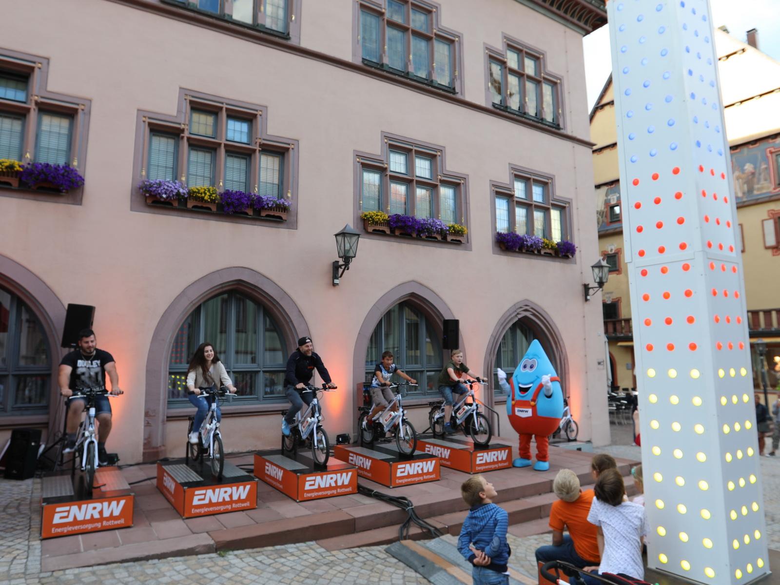 Blubbi feuert die Radfahrer an