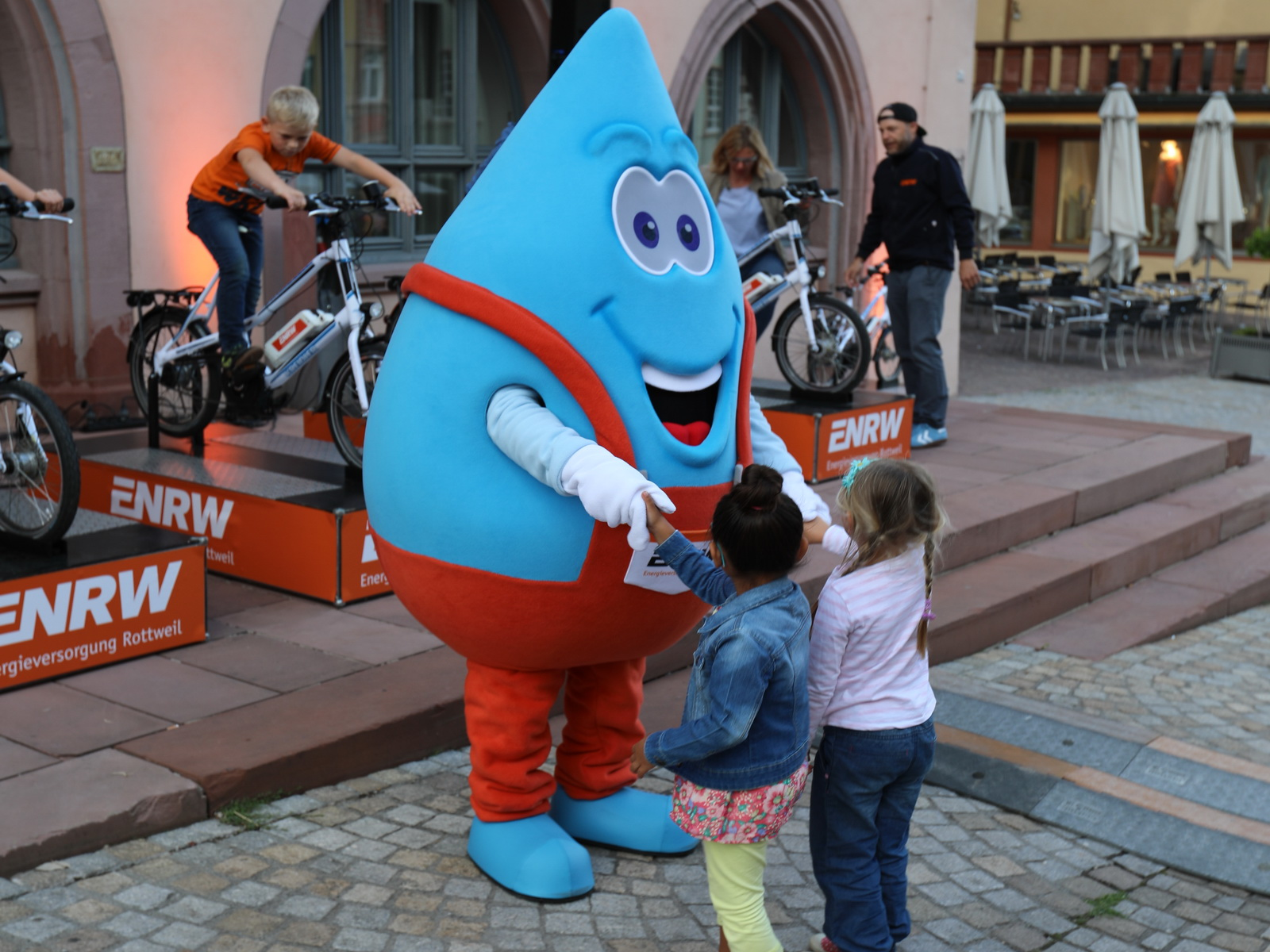 Blubbi begrüßt alle Kinder persönlich