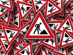 """Das Foto symbolisiert mittels vieler Verkehrszeichen des Typs """"Achtung Baustelle"""" Baumaßnahmen der ENRW"""