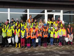 Schüler und Lehrer der Grundschule Fischbach packten bei der ENRW-Dorfputzete 2019 an.