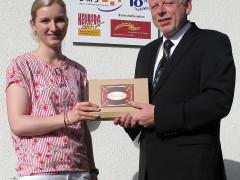 Dieter Volz, Vorsitzender von Heuberg aktiv, übergibt ENRW-Mitarbeiterin Melissa Schenk Gutscheine.