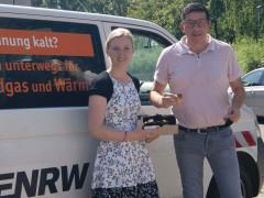 GHV-Vorsitzender Detlev Maier übergibt 80 Rottweiler Taler an ENRW-Mitarbeiterin Melissa Schenk.