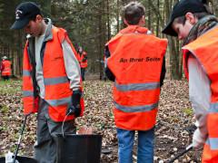 Helfer sammeln Unrat bei der ENRW-Dorfputzete