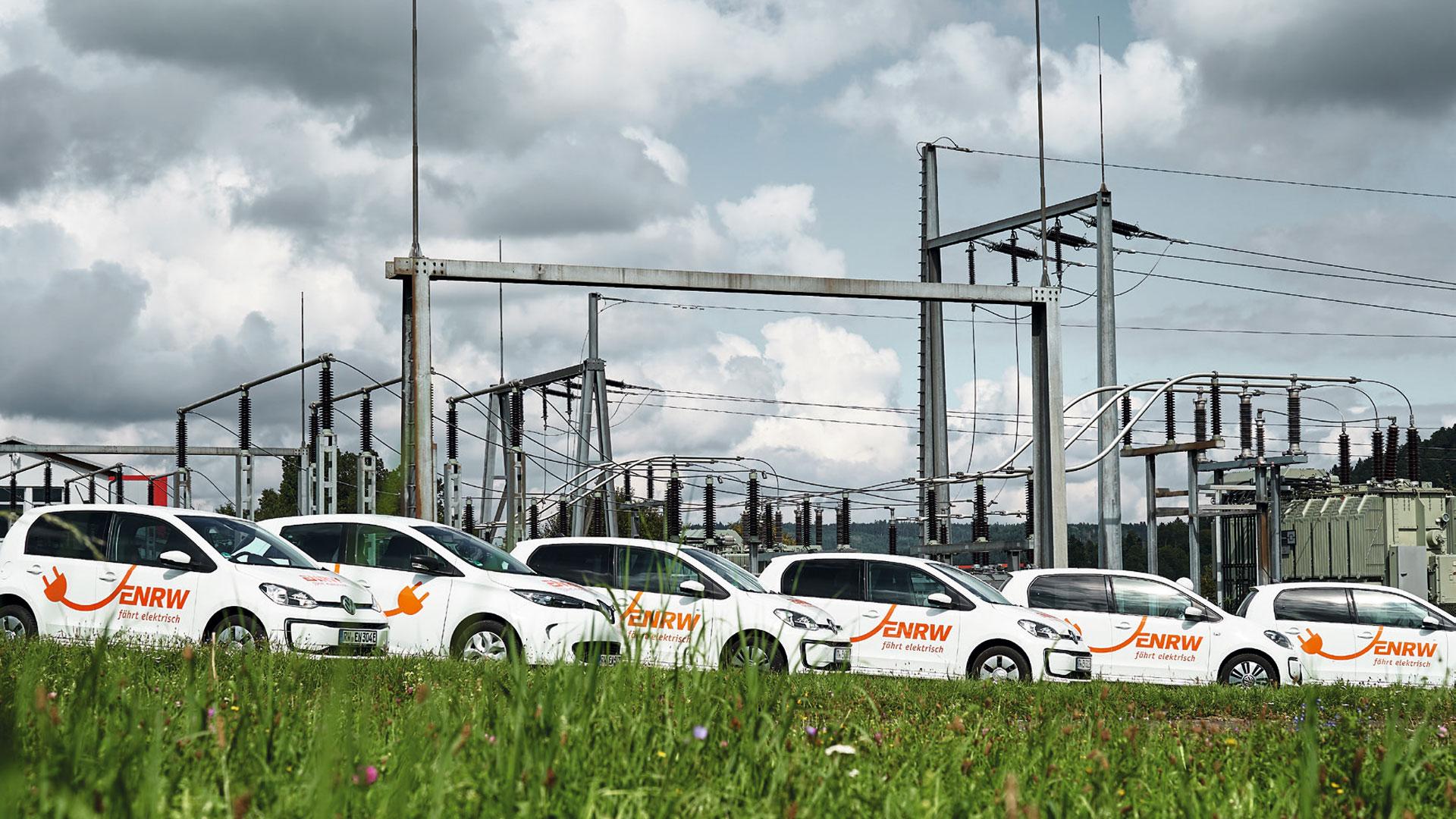 Sechs Elektroautos der ENRW stehen vor dem Rottweiler Umspannwerk