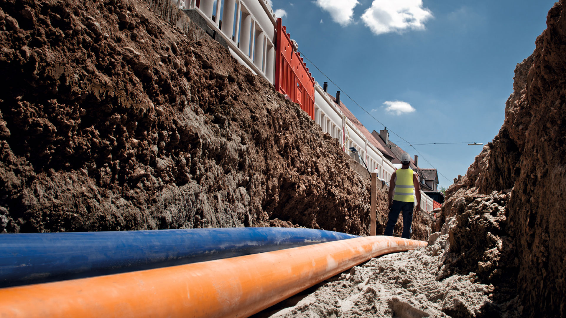 Bauarbeiter verlegen Rohrleitungen