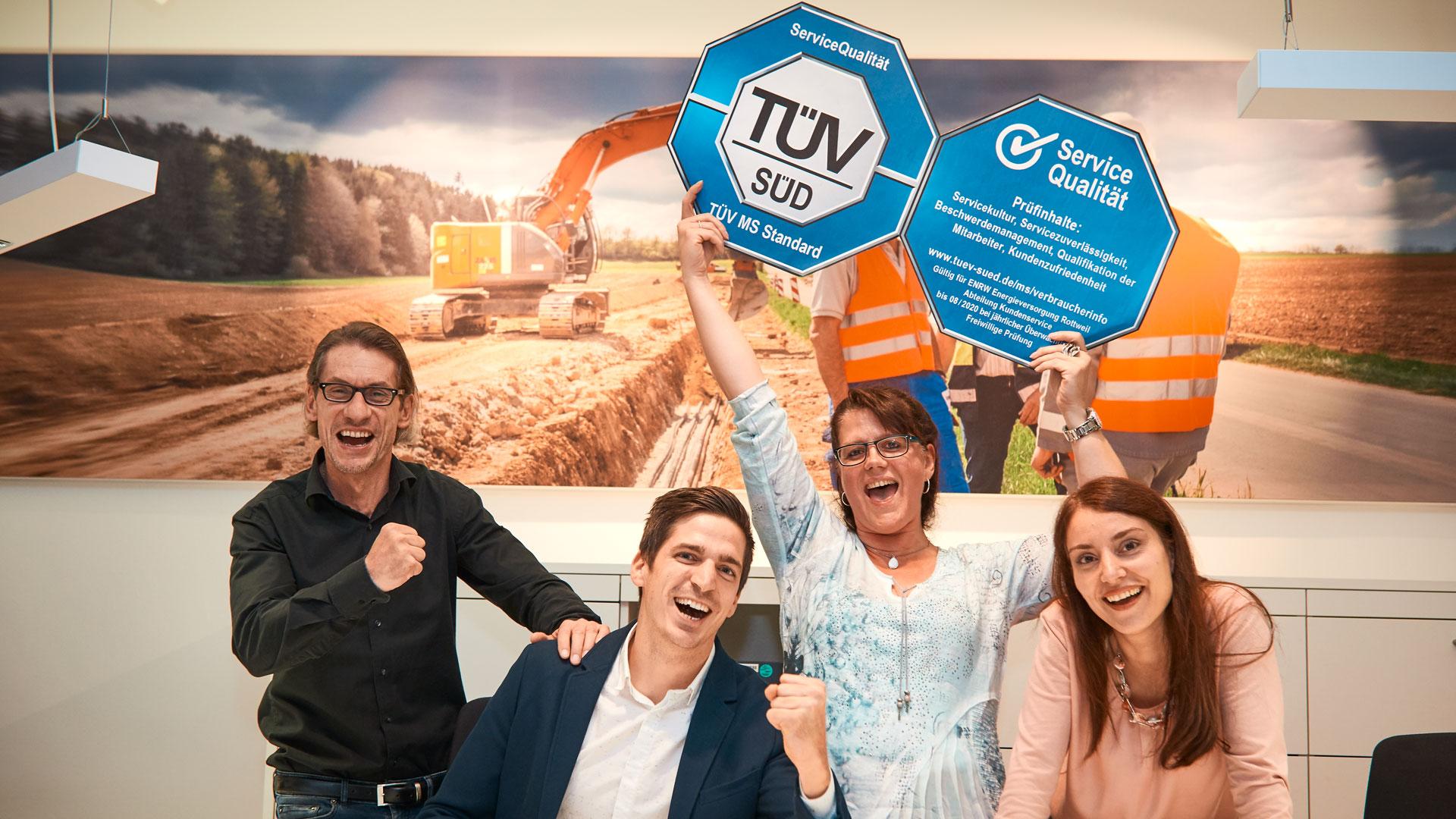 Mitarbeiter freuen sich über TÜV-Siegel