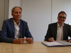 Geschäftsführer Ranzinger und Bürgermeister Butz sitzen am Tisch und unterzeichnen Gaskonzessionsvertrag