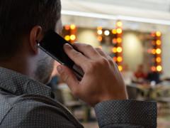 Mann mit Handy am Ohr beim Telefonieren