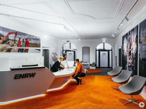 Mitarbeiterinnen der ENRW beraten einen Kunden im Kundeninformationszentrum