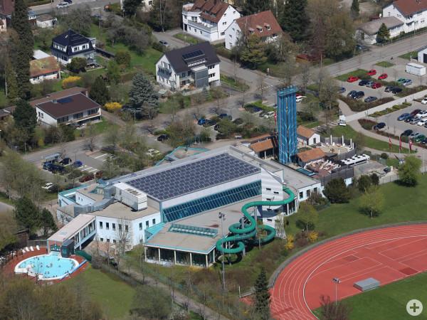 Luftaufnahme vom Sole- und Freizeitbad aquasol Rottweil mit Parkplätzen