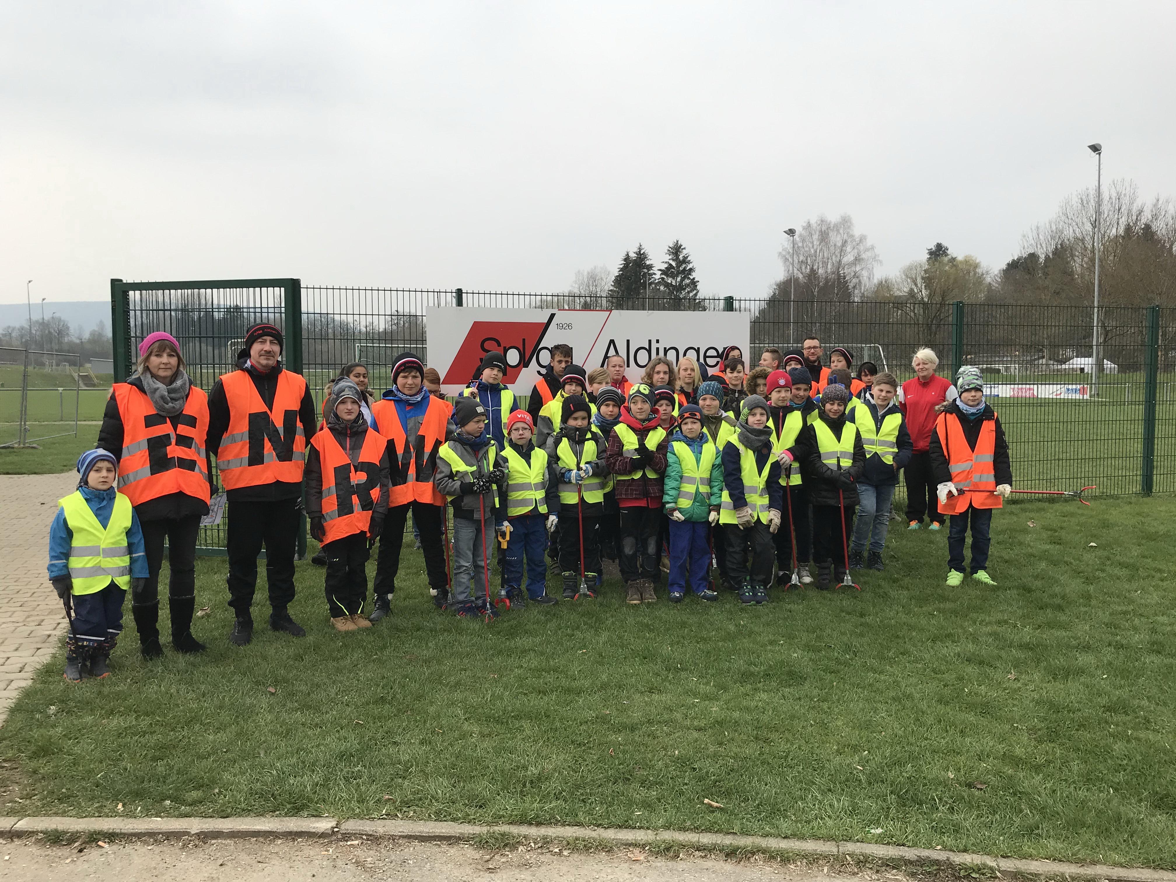 Mitglieder der Spielvereinigung Aldingen beteiligten sich an der ENRW-Dorfputzete 2019.