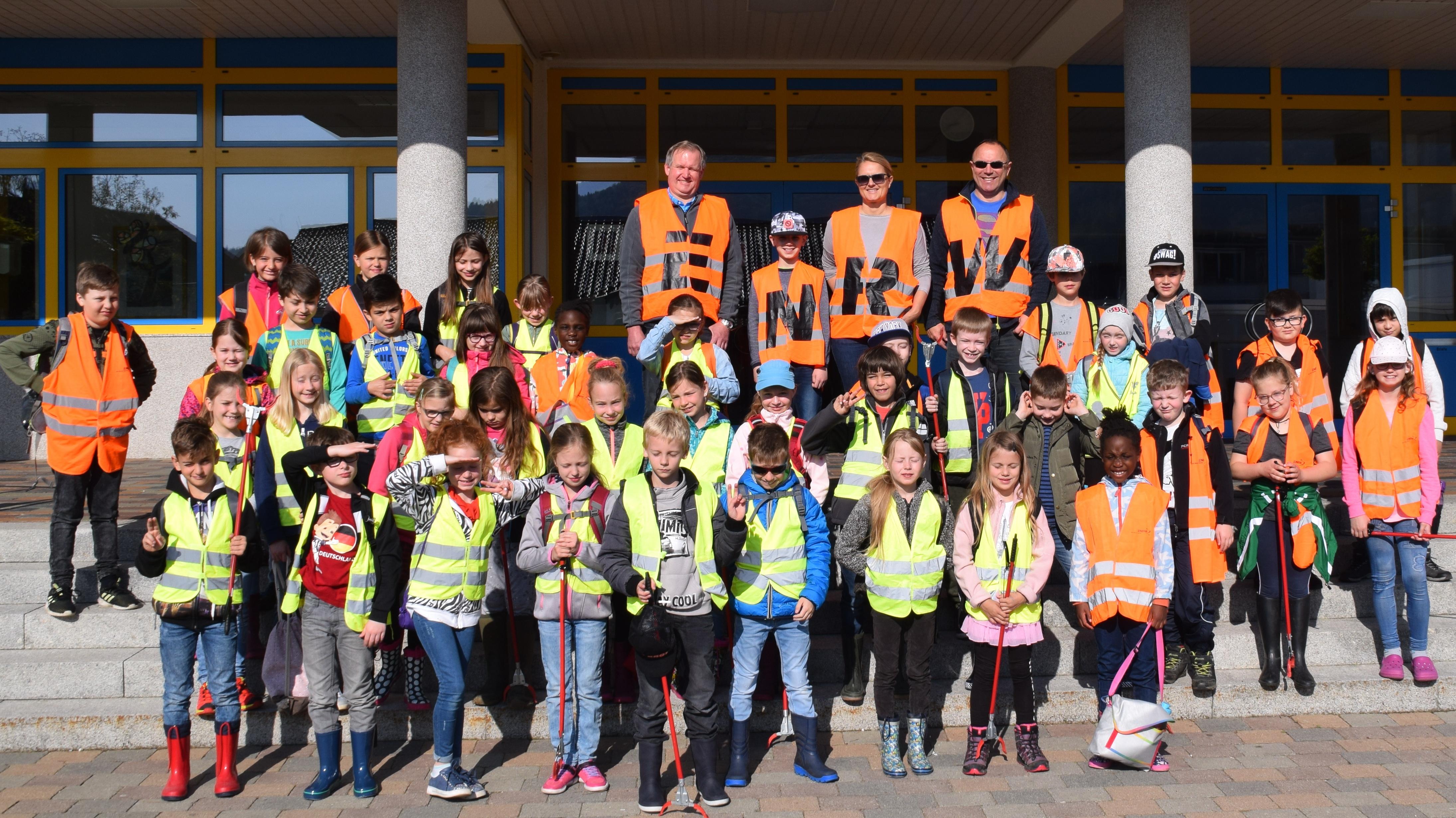 Schüler der Spaichinger Rupert-Mayer-Schule engagierten sich bei der ENRW-Dorfputzete 2019.