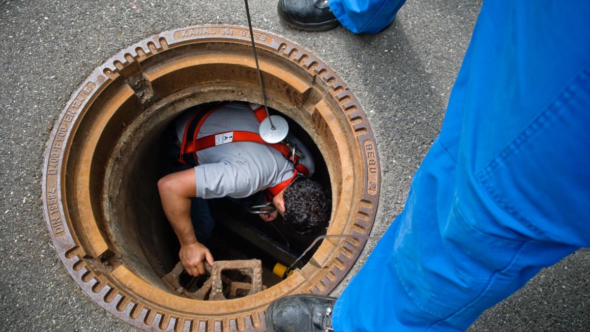 ENRW-Mitarbeiter steigt in Kanal