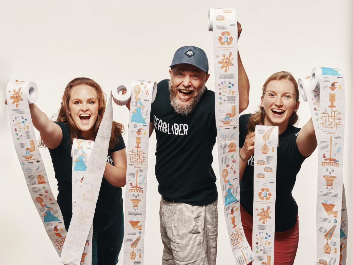 Daniela Ivandikov, Jochen Schicht und Melissa Schenk vom Marketing-Team der ENRW präsentieren das ganz besondere Toilettenpapier